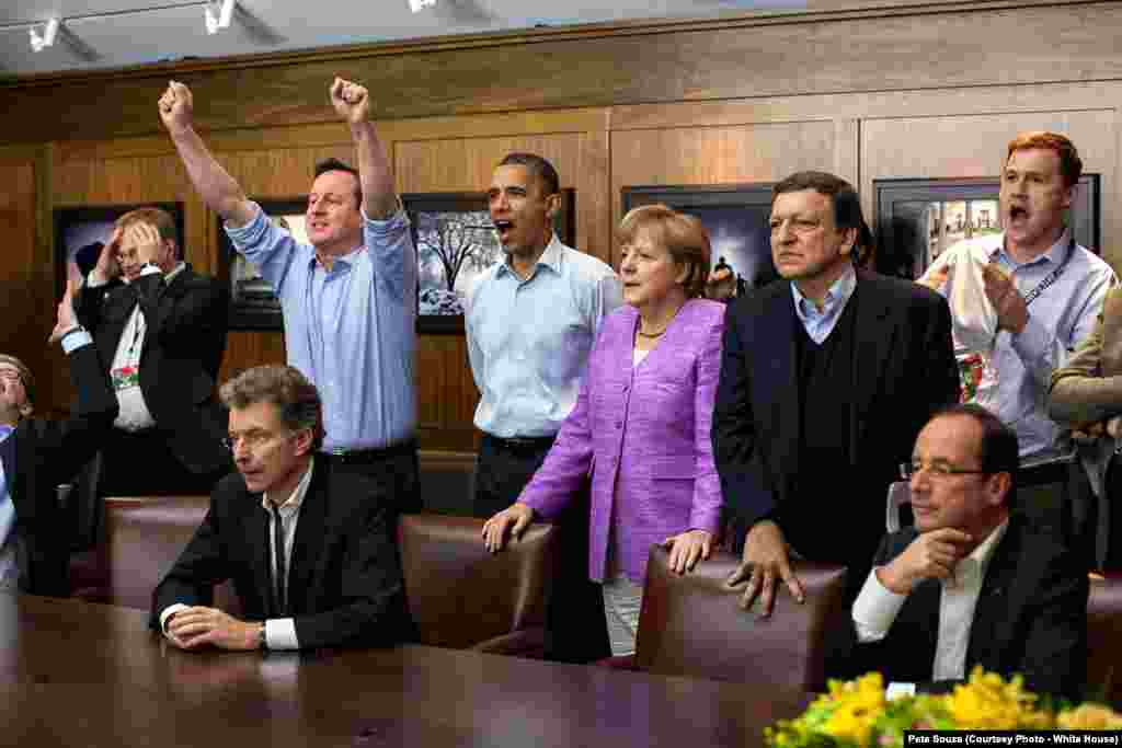 Le président entouré de David Cameron, Angela Merkel, François Hollande, José Manuel Barroso, lors du match de Bayern, pendant le camp David du G8, le 19 mai 2012.
