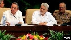 Presiden Kuba Raul Castro (kiri) Komandan Revolusi Kuba Ramiro Valdes (tengah) dan Menhan Kuba Jenderal Julio Casas Regueiro dalam Kongres Partai Komunis Kuba di Havana, Senin (18/4).