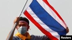 Seorang demonstran anti-pemerintah mengibarkan bendera Thailand pada sebuah aksi demonstrasi di Bangkok, Senin, 9 Desember 2013.