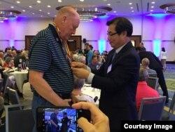 미국 워싱턴주재 한국대사관의 김동기 총영사가 유가족 대표에게 평화의 사도 메달을 수여하고 있다. 사진제공 = Manna24News.