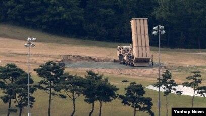 지난달 30일 한국 경북 성주군 성주골프장에서 미군 사드 발사대가 하늘을 향하고 있다.