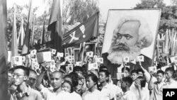 年轻人们在红卫兵游行中高举毛泽东的红宝书(1966年9月14日)