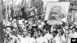 Jóvenes chinos marchas llevando un retrato de Karl Marx, en septiembre de 1966 durante el lanzamiento de la Revolución Cultural promovida por el líder Mao Zedong.