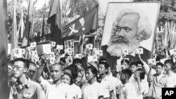 文革初期,中国青年挥舞毛主席语录,抬着马克思像游行(1966年9月14日)