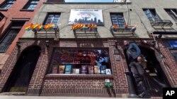 """کافه """"استون وال"""" در محله گرینویچ ویلیج نیویورک واقع است."""