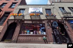 New York'ta Greenwich Village semtinde bulunan tarihi Stonewall Inn barı