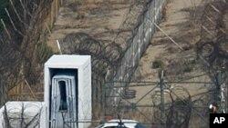 2008년 북한 관광을 위해 비무장 지대로 들어가는 남측 차량