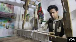 صنعت کاران ابریشم بافی هرات از حکومت می خواهند تا برای جلوگیری از نابود شدن این صنعت، برنامه های اساسی را روی دست گیرد