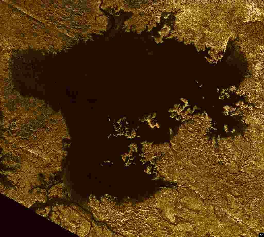 Foto tahun 2007 yang dirilis NASA menunjukkan lautan hidrokarbon yang dikenal dengan nama Ligeia Mare di Titan, salah satu bulan Saturnus, yang terlihat dari pesawat luar angkasa Cassini.