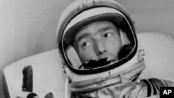 Ảnh chụp Phi hành gia Scott Carpenter trong bộ đồ vũ trụ chuẩn bị bay lên quỹ đạo, tại mũi Canaveral, bang Florida, 24/5/1962