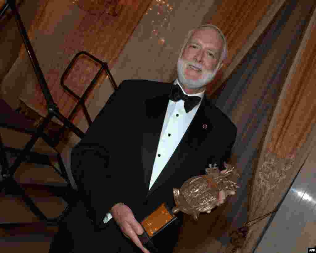 Лауреат премии Фонда культурного сотрудничества секретарь Смитсоновского института Уэйн Клаф.