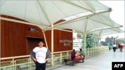 民运人士张晓刚在世博会澳大利亚展馆前抗议