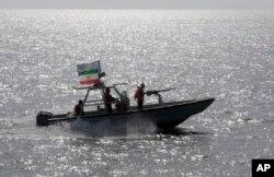 در یکسال اخیر بارها شناورها و قایق های تندروی سپاه به حریم ناوهای آمریکا در آبهای آزاد نزدیک شده اند