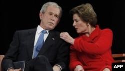 Бывший президент Джордж Буш-младший с супругой на церемонии закладки фундамента названного в его честь президентского центра в штате Техас. 16 ноября 2010 года