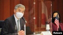 성 김 미국 대북특별대표가 14일 도쿄의 일본 외무성에서 열린 미-한-일 북 핵 수석대표 회의에서 발언하고 있다.