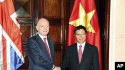 英國外相黑格與越南外長範平明星期三會談前握手