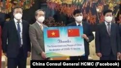 Bộ trưởng Y tế Nguyễn Thanh Long (thứ 2 từ phải) tiếp nhận 500.000 liều vaccine Sinopharm do Trung Quốc tặng từ Đại sứ Trung Quốc tại Hà Nội Hùng Ba (thứ 2 từ phải) hôm 20/6.