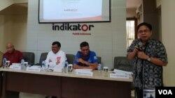 "(ki-ka) Moderator, Wakil TKN Jokowi-Maruf Johhny G Plate, Wakil BPN Prabowo-Sandi Hinca Panjaitan, dan Direktur Eksekutif ""Indikator Politik Indonesia"" Burhanuddin, dalam Konferensi Pers di Jakarta, Rabu (3/4) (Foto: VOA/Ghita)."