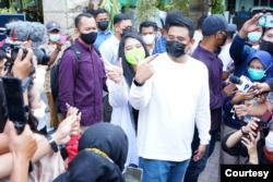Bobby Nasution bersama istrinya, Kahiyang Ayu (putri Presiden Joko Widodo) usai menggunakan hak suaranya di Pilkada Medan, Rabu 9 Desember 2020. (courtesy- Tim Pemenangan Bobby Nasution)