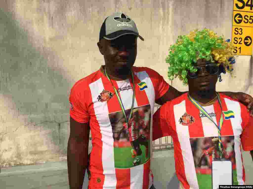 Des supporters devant le stade à Libreville, au Gabon, le 18 janvier 2017. (VOA/Timothee Donangmaye)