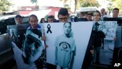 Líderes estudiantiles sosteniendo un cartel con fotos de jóvenes asesinados en recientes protestas. Managua, Nicaragua, 18 de mayo de 2018.