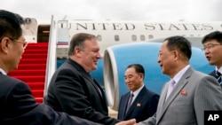 지난 7월 평양을 방문한 마이크 폼페오 미국 국무장관을 마중나온 리용호 북한 외무상 (자료사진)