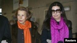 Liliane Bettencourt, pewaris L'Oreal dan anak perempuannya Francoise Bettencourt Meyers tiba untuk acara Penghargaan L'Oreal-UNESCO untuk perempuan di Paris, 3 Maret 2011. (Foto:Dok)