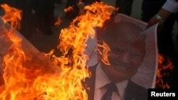 Tư liệu: Người biểu tình đốt ảnh TT Trump trong một cuộc biểu tình phản đối tuyên bố của ông, công nhận Jerusalem là thủ đô Israel. Ảnh chụp tại Gaza, ngày 7/12/2017. 2017. REUTERS/Mohammed Salem