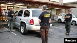 Polisi Phoenix, Arizona tengah melakukan razia di sebuah pertokoan di wilayah tersebut (Foto: dok)