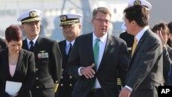 애슈턴 카터 미국 국방장관(가운데)이 6일 도쿄 남부 요코스카의 일본 자위대 해병대의 이즈모 구축함를 방문해 와카미야 켄지 일본 방위성 차관과 대화하고 있다.