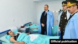 İlham Əliyev yaralı hərbçilərə baş çəkib