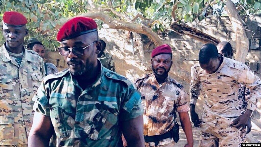 Le lieutenant général John Tshibangu, à l'avant-plan, entouré d'hommes armés en tenue militaires, à côté des véhicules 4x4, scandant des slogans pour un groupe appelé Forces nouvelles du Congo, dans des vidéos postée sur les réseaux, 18 janvier 2018. (Fac