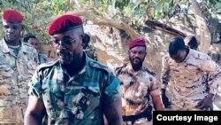 Le lieutenant général John Tshibangu, à l'avant-plan, entouré d'hommes armés en tenues militaires, à côté de véhicules 4x4, scandant des slogans pour un groupe appelé Forces nouvelles du Congo, dans des vidéos postées sur les réseaux sociaux, 18 janvier 2018.