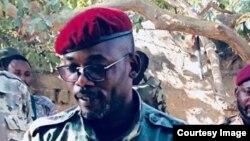 Colonel déserteur de l'armée congolaise, John Tshibangu, entouré d'hommes armés en tenues militaires, dans une image postée sur des réseaux sociaux, 18 janvier 2018. (Facebook)