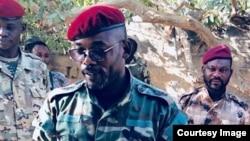 Le lieutenant général John Tshibangu entouré d'hommes armés, scandant des slogans pour un groupe appelé Forces Nouvelles du Congo, dans une vidéo postée sur les réseaux sociaux, le 18 janvier 2018. (Facebook)