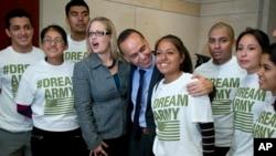 El congresista demócrata Luis Gutiérrez apoya la propuesta legislativa del congresista Jeff Denham, de California, de ofrecer ciudadanía a inmigrantes indocumentados que sirvan en las fuerzas armadas.