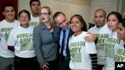 """Jóvenes inmigrantes provenientes de Arizona, de los llamados """"soñadores"""", se reunen con el congresista Luis Gutiérrez quien asegura que luchará para detener las deportaciones """"injustas""""."""