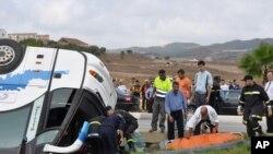 Les secouristes transportent les victimes d'un bus des touristes dans le nord du Maroc, 8 septembre 2010.