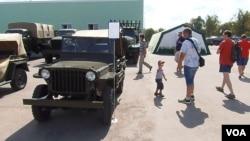2014年莫斯科郊外軍事比賽活動上展出的美國威利吉普車和其他軍車。美國通過租借法案提供的威利吉普車二戰時曾大量裝備蘇軍。