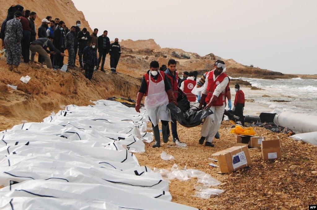 지난 20일(현지시간) 리비아 적신월사(이슬람권의 적십자사에 해당) 자원봉사자들이 북부 해안에 떠밀려온 난민 시신 74구를 수습하고 있다. 적신월사 측은 전날 파손된 고무보트가 인근에서 발견됐다고 밝히고,120명까지 탑승이 가능한 보트 외형을 볼 때 시신이 추가 발견될 것으로 예상했다.