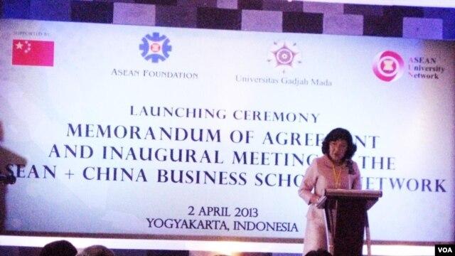 Prof. Nantana Gajaseni (Executive Director, ASEAN University Network) memberikan sambutan saat peresmian jaringan program pasca sarjana bisnis dan ekonomi universitas ASEAN-China di Yogyakarta (2/4). Foto: M. Sahana