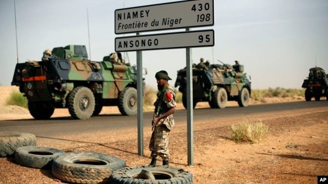 Xe bọc thép của binh sĩ Pháp chạy về hướng thành phố Gao gần biên giới Niger, ngày 6/2/2013.