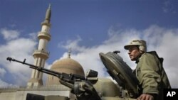 탱크에 올라 탄 리비아 반정부 측 전사