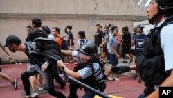 Cảnh sát bắt giữ một thanh niên sau khi ẩu đả nổ ra giữa những người ủng hộ Trung Quốc và người biểu tình chống chính phủ tại Amoy Plaza trong khu Vịnh Cửu Long ở Hong Kong, ngày 14 tháng 9, 2019.