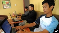 Cambodian men are using internet at a coffee shop in Phnom Penh on May 25, 2010. A human rights group on Tuesday called for greater Internet freedoms in Cambodia, as more and more people are finding their way online.