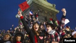 Para pendukung Francois Hollande meluapkan kegembiraannya menyambut kemenangan partai mereka di Paris (6/5).