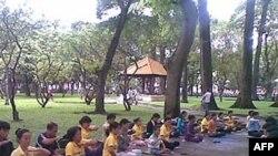 Học viên Pháp Luân công thực tập tại công viên Lê Văn Tám