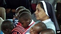 一位修女与肯尼亚患艾滋病的孩子在一起(资料照片)