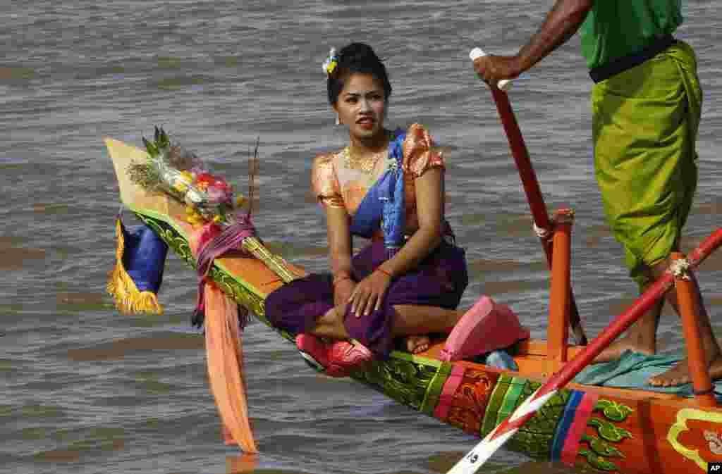 جشنواره سالانه آب در کامبوج. این جشنواره سه روزه، مهمترین جشن های سنتی مردم کامبوج به شما می آید.