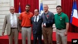 Từ trái: công dân Anh Chris Norman, anh Anthony Sadler, sinh viên trường đại học Sacramento ở California, Tổng thống Pháp Francois Hollande, binh sĩ Không quân Mỹ Spencer Stone, và thành viên Lực lượng Vệ binh Quốc gia Hoa Kỳ Alek Skarlatos.